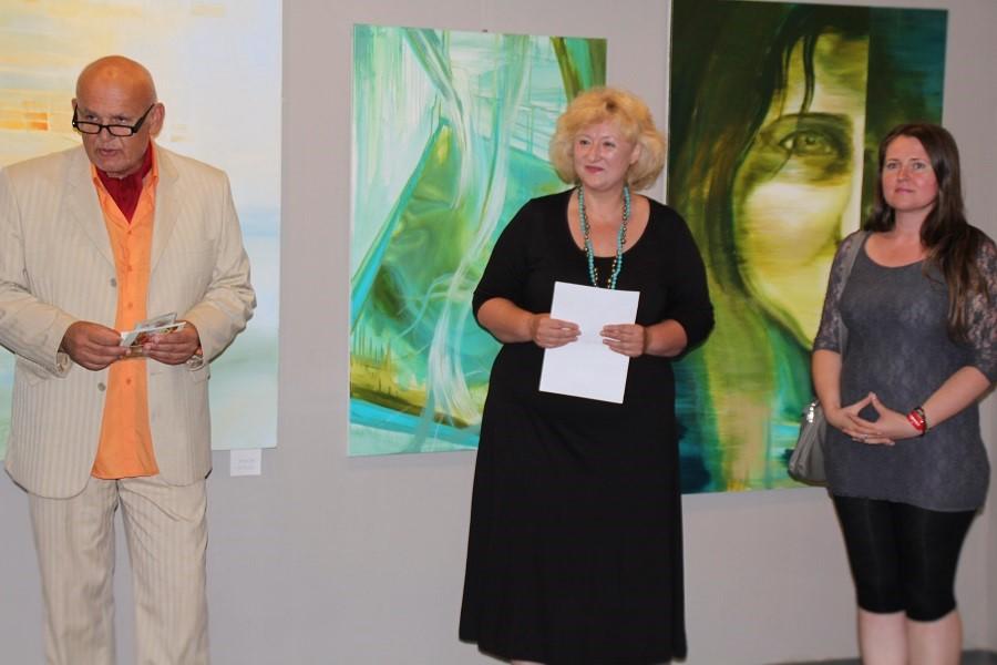 01 Rikard G. Veto, a galéria művészeti vezetője, Kutak Adrienn keramikusművész és Michaela Holotová-Bodnárová festőművész